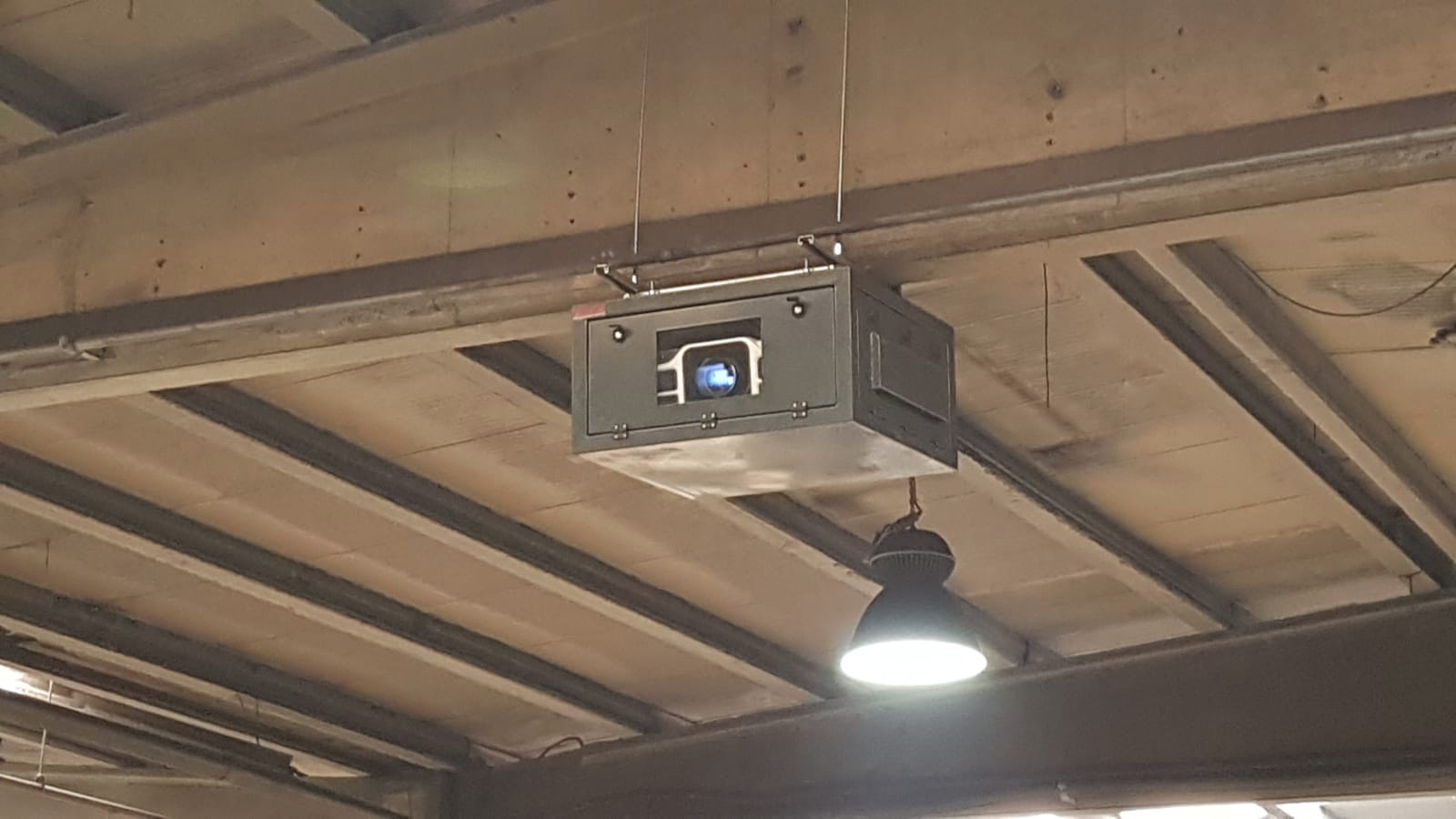Projector in enclosures in high humidity or very cold warehouses